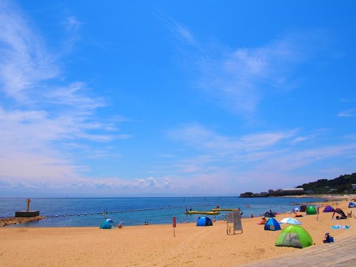 夏は淡路島で泳いでみてはいかがでしょう。明石港からならジェノバラインという高速船に乗って岩屋まで約15分、そこから歩いて約5分の「岩屋海水浴場」は、海水・砂浜の美しさで人気のビーチです。本州に住む人も「こんなに近くにきれいな海があったなんて」と驚く、穴場の海なのだとか。他にも洲本市にある「大浜海水浴場」や、南あわじ市にある「阿万海岸海水浴場」など、淡路島には泳ぐのに美しいビーチがたくさんあります。