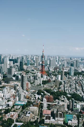 2020年の東京オリンピック開催まで、もう間もなく。今東京は、ホテルの建設ラッシュを迎えています。若いツーリストや外国人観光客に向け、リーズナブルで手軽に泊まることができる宿泊施設が増える中、宿泊しなくても気軽に立ち寄れるカフェやバーを併設したお洒落な施設が増えているんです。  今回は、普段使いのカフェ・バーとして思わず行きたくなるような、素敵な宿泊施設を7つご紹介します。どこも個性がキラリと光る人気スポットですので、ぜひ訪れてみてはいかがでしょうか。