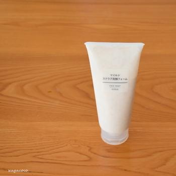 無印の「マイルドスクラブ洗顔フォーム」は、無香料無着色のシンプルなスクラブ洗顔フォームです。プチプラなのでたっぷりと使えます。