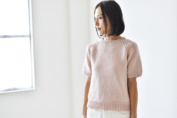 休日に編み物に挑戦してみたい方には、素敵な「コットンの半袖ラグランスリーブプル キット」がおすすめですよ◎。シンプルなデザインのコットンニットは、パンツにもスカートにも合わせやすく、春夏シーズンの様々なコーディネートに大活躍してくれそうです。