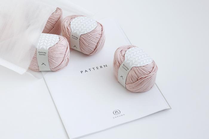 こちらのキットにはKnitting Cotton 7玉、作り方パターン、編み物ガイドの3点がセットされていますので、編み針さえあればすぐに作業を始めることができます。(編み針・とじ針はキットに入っていませんので、必要な太さの針を用意してくださいね。)ゴールデンウィークの時間を使って、普段はなかなかできない素敵な編み物に挑戦してみませんか?