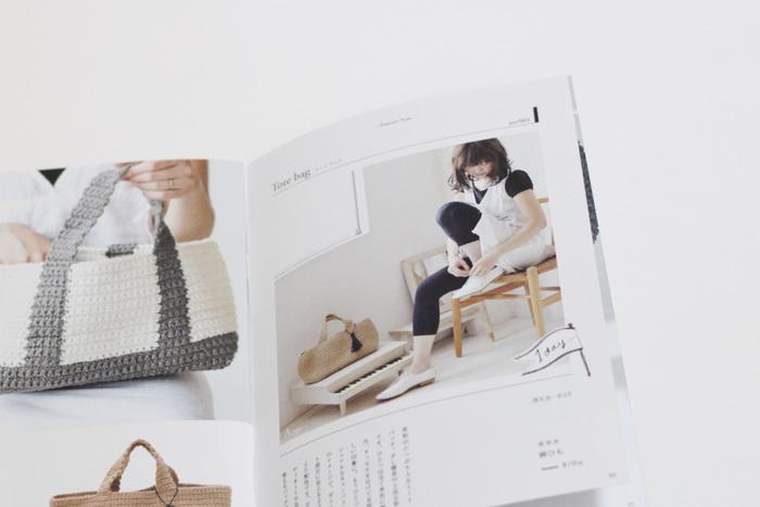 """次にご紹介するのは、おしゃれなファッション小物と、その作り方を紹介した素敵な""""編み物BOOK""""です。こちらの「Pattern Note(KN03)」には、バッグやヘアアクセサリーなど、デイリーに活躍する可愛いアイテムが紹介されています。初心者さんでも作りやすい作品ばかりですので、お好みのアイテムを選んで挑戦してみてくださいね。"""