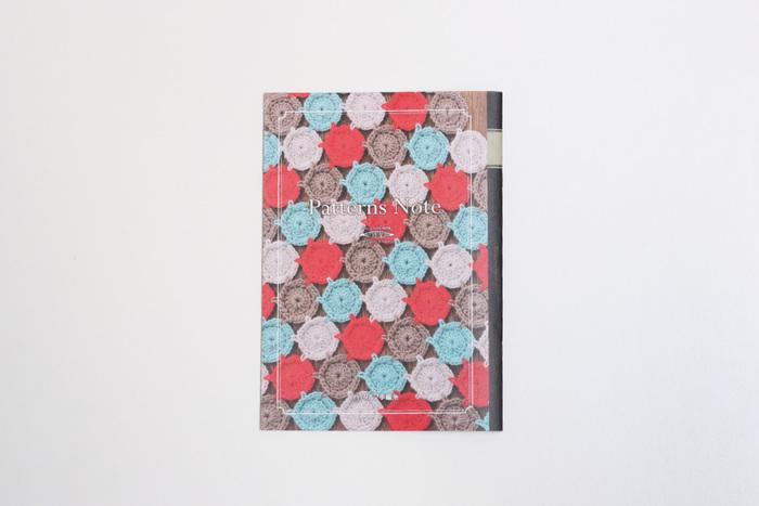 """こちらの「Pattern Note(KN04)」にはバッグやショールなど、""""ダルマレース糸 #20""""を使用した素敵な小物作品が紹介されています。スーピマ綿の中でも厳選された綿花を使用したダルマレース糸は、ナチュラルな光沢感と肌触りの良さが特徴です。白・黒・紺などのベーシックカラーをはじめ、ピンク・グリーン・イエローといったカラフルな色も展開されていますので、お好みのカラーで素敵な作品づくりに挑戦してくださいね。"""