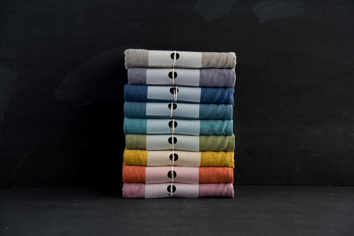 他のMOKUシリーズのアイテムと同様に、バスタオルもカラーバリエーションが豊富!今あるバスタオルの色に合わせて選んだり、シンプルな脱衣所やバスルームのアクセントにしたりと、楽しみ方はいろいろ。一人一色選んで、家族みんなで使うのも良さそうです。