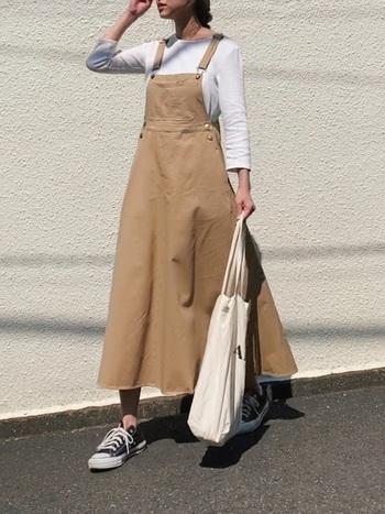 Aラインのジャンパースカートは、シルエットを活かすため、インナーはシンプルに。さらにロング丈なら、カジュアルなスニーカーを合わせても、子供っぽくなりません。