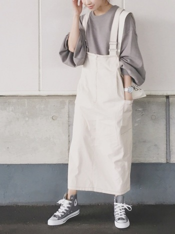 ワーク感を女性らしく取り入れるなら、ジャンパースカートがおすすめです。シンプルなボックス型のオールインワンに、袖コンシャスなインナーが映えます。ホワイト×ライトグレー、色味をモノトーン2色に抑えることで、洗練された印象に。