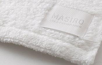 タオルの産地、愛媛県今治市にある織物工房「工房織座(こうぼうおりざ)」が手掛けるタオルプロジェクト<水布人舎>。その中でも特に人気のバスタオルが、粉雪のように真っ白なMASIROです。