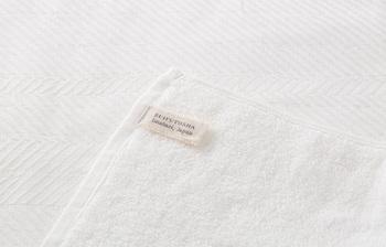 肌触りにこだわりたいなら、<水布人舎>の「パイルガーゼバスタオル」がおすすめ。やわらかなパイル面とすべすべしたガーゼ面の両方が楽しめるバスタオルです。