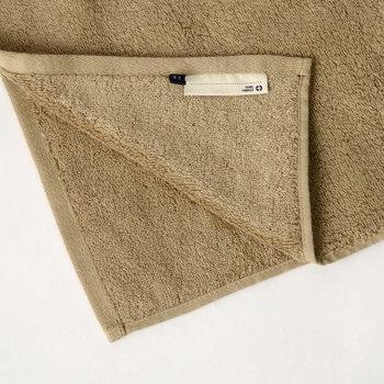 <THING FABRICS>のバスタオルは、アメリカ産の超希少綿花「超長繊維綿」を100%使用したこだわりのバスタオルです。毛羽立ちを抑える製法により、コットンらしいやわらかさにシルクのようなツヤとなめらかさがプラスされた、贅沢な仕上がりになっています。