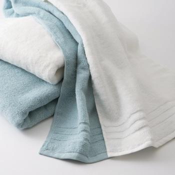 泉州タオルということで、肌触りや吸水性もバッチリ◎普段使いはもちろん、花粉の季節は、外から帰ったときに体を拭いたり、寝るときにまくらにかけたりして使うのがおすすめ。特別なケアは必要ありませんが、機能の低下を防ぐため柔軟剤の使用は控えた方がいいようです。