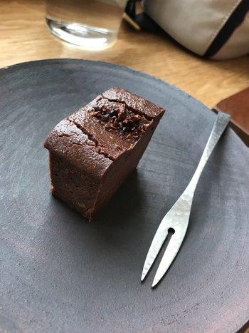 カフェの隣に併設されたチョコレート工房で作られるBean to Barの絶品チョコレート。一口食べればカカオ本来の薫りとコクが口いっぱいに広がり、病みつきになること間違いなしです。