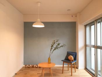 ナチュラルなイメージで仕上げるなら、オフホワイトをベースカラーにグレーのアクセントクロス、木製家具の組み合わせがおすすめです。