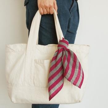 気に入った柄のハンカチは、こんな風にバッグのアクセントにも!ふわっとリボンを結べば、自分だけのお洒落が楽しめます。