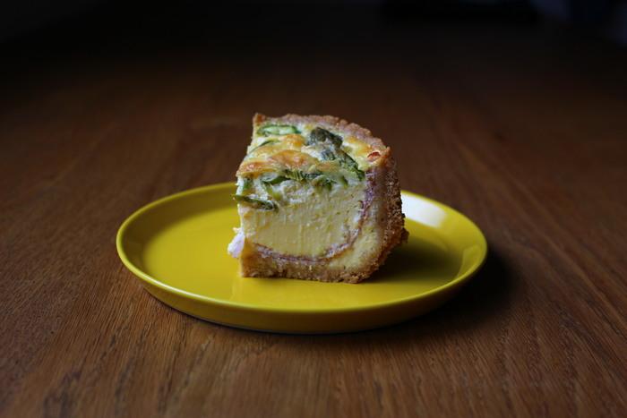 分厚いキッシュづくりのカギでもあるクッキー生地。 すり鉢でクッキーを砕いたら、バターを加えて型にはめて冷やしたら、土台の完成です。調味料や具材を入れてオーブンで焼けば、本格的な手作りキッシュのできあがり♪チーズケーキの型などにも応用できます。