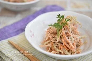 すり鉢ですったごまに味噌やマヨネーズなどを加えて、ゴボウとニンジンと和えれば、食物繊維たっぷりのごま風味サラダが完成します。マヨネーズを加えることで、お子様でも親しみやすい味わいに。
