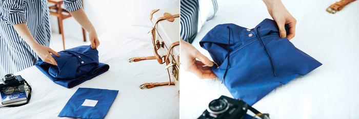 実はこのスプリングコート、パッカブル仕様になっています。全3タイプともポーチが付いており、折り畳めばすっぽりと収納可能。旅先にはもちろん、朝晩冷え込むこの季節にアウターを携帯できるのは嬉しいポイント。また、防シワの機能も備えているので、畳んだ後も気にせず着られます。