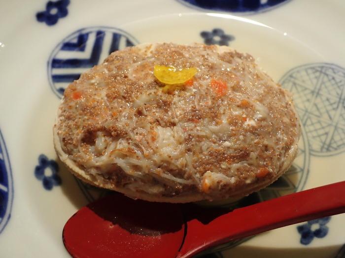 オススメは「カニ面」。ぎゅっと詰まった香箱蟹のうまみが優しいおでん出汁と合わさって至福の味わいです。短い漁期の間だけ食べられる特別なご馳走です。