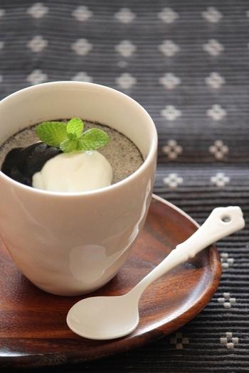 クリーミーで濃厚な、黒ごまプリン。香り高い練りゴマを使って作ります。ゼラチンを少なめにすることで、とろりとしてなめらかな食感に。