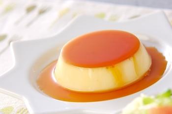 ゼラチンを使って冷やし固める、ぷるんぷるんのやわらかプリン。生クリームが入っているので濃厚な味わい。オーブンも蒸し器も使わないので手軽に作れるレシピです。