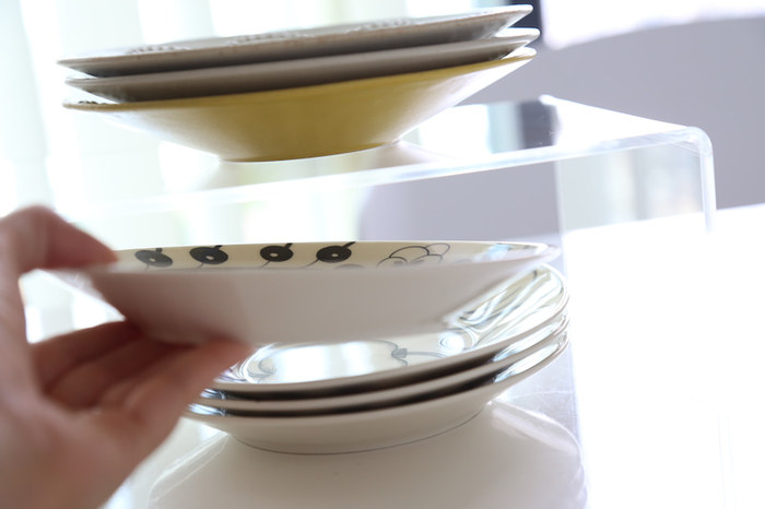無印のアクリル仕切り棚は、食器棚の整理におすすめです。お皿を重ねすぎると、下の物が取りづらく、見た目もイマイチ。アクリル棚で上下に仕切り、分けて収納するだけで、取り出しやすく見た目もすっきりします。透明なので圧迫感もありません。