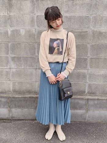 絵画のプリントが目を引くスウェット。首元や袖からフリルをチラリとのぞかせ、スカートには鮮やかなブルーのプリーツスカートをセレクト♪  クラシカルなポシェットで可憐なアクセントをきかせた、素敵なフェミニンコーデです。