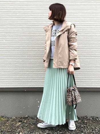 ミントグリーンが目を引くプリーツスカートも、ロゴスウェットで程よくカジュアルダウン。スウェットは短めなのでロング丈のプリーツスカートと相性抜群。  やさしいベージュのジャケットを羽織って、コーデにさらにまとまり感も◎