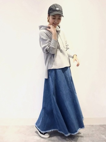 スウェットのサイズ感とデニムスカートのボリュームが絶妙なバランス◎  大ぶりのアクセサリーなど、フェミニンな印象をプラスすることで雰囲気が変わります。