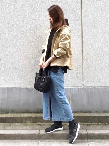 タイトのロングスカートを合わせると、大人っぽい印象に。 スカート以外を黒でまとめて引き締めて、ベージュのジャケットで軽やかをプラス。色使いが絶妙◎
