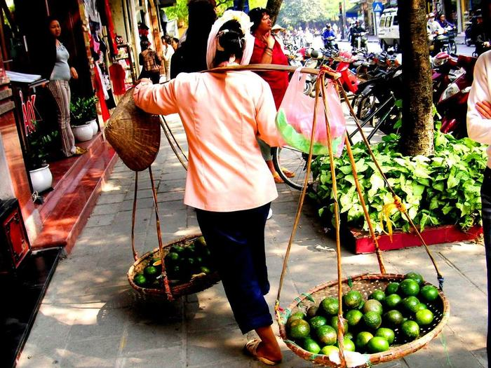 女性が強く、生き生きと働いているのがベトナムの特徴でもあります。街では今でも天秤に食材や売り物を持ち歩き、行商している多くの女性が存在しています。重たい天秤を歩いてあちこち歩きまわるベトナムの女性たちに、明るさと力強さを感じます。