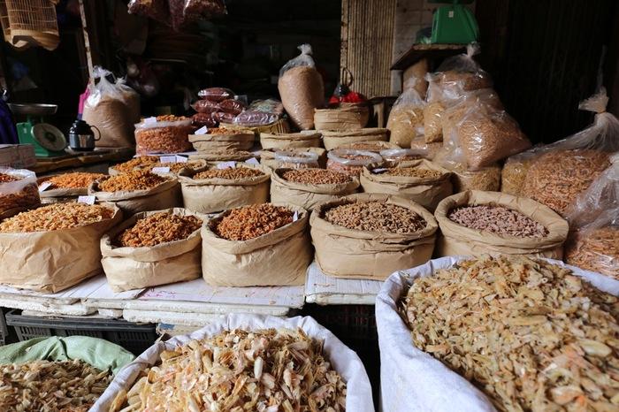 旧市街内にあるローカル市場では、専門の食材ごとに店が構えられています。こちらは乾物系のお店。見た目もきれいですね。