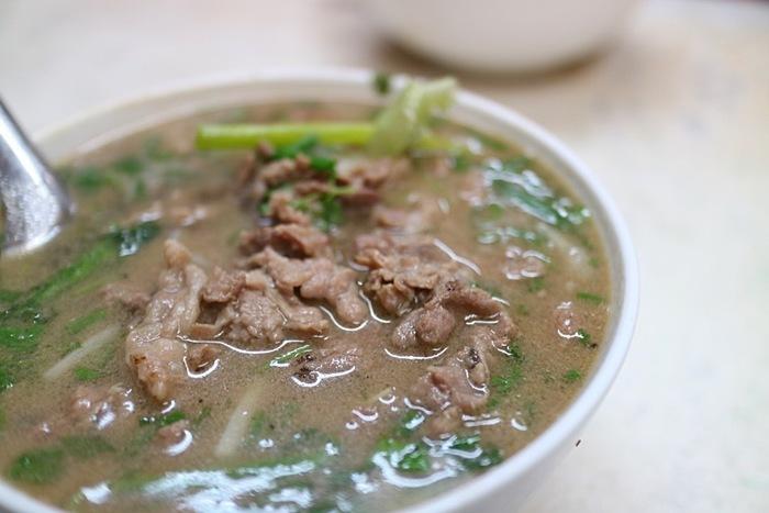フレンチベトナミーズなどのきれいなレストランもオススメですが、ベトナムの屋台やローカルのお店で食べるベトナム名物をぜひ体験しましょう。ベトナム料理は日本と同じ出汁文化で、野菜や米から作られた麺などを使ったものが中心でとてもヘルシーです。美味しくて量も多い上に、信じられないくらい安い値段であれこれ食べることができます。