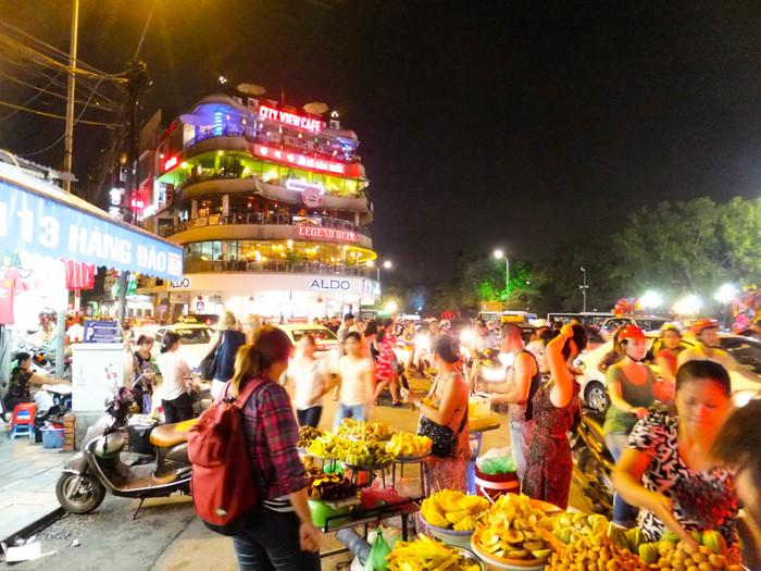 ベトナムは今成長著しい国の1つです。国の平均年齢も若く、人々に活気とパワーが溢れています。 ハノイの街で驚くのはやはり、人の多さとバイクの多さでしょう。  ハノイに着いた時には圧倒されるその人々のパワーですが、帰るころにはパワーを分けてもらい、自分自身も元気になれていそうな気がします。  ベトナム人は基本前向きで明るくて、将来のことでクヨクヨしない(ように見えます)!そんな彼らと接していると、小さな悩みや将来に対する漠然とした不安が吹き飛び、今を楽しむことにフォーカスしている彼らを羨ましく思えてきます。  ハノイでパワーをチャージしてリフレッシュして、日本での新しい生活を楽しみましょう。