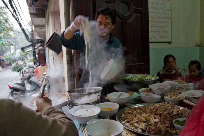 現地の人に混ざって、食事を食べてみましょう。ベトナム人は人懐っこく、親切な人が多いです。