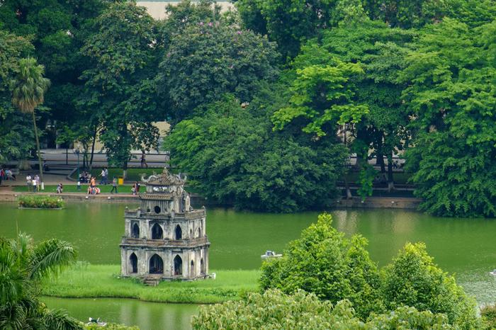 街の中心であり、観光スポットが周囲に広がるホアンキエム湖。散歩に丁度いい外周は、緑に囲まれとても心地よい場所のため、観光客だけでなく市民の憩いの場でもあります。また、ベトナムが生まれた伝説にも登場する、由緒ある神聖な湖です。ホアンキエム湖の周辺には観光名所がたくさん溢れており、旧市街、ベトナムレストラン、カフェ、大教会など見どころスポットがいっぱいです。