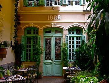 フランス統治時代のフランス人の邸宅を改装した、コロニアルレストランがハノイのあちこちにあります。外装も素敵ですが、中のインテリアや調度品も味のある雰囲気です。