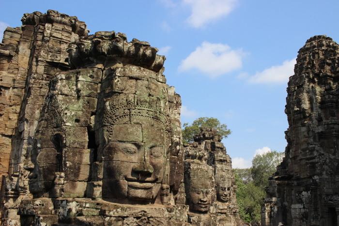 アンコールトム遺跡群の中にある、バイヨン寺院の遺跡。アンコール三大遺跡の1つと言われています。  4面仏頭が立ち並び、なんとも不思議な幻想的な風景が広がります。観音菩薩のようなその穏やかな表情によって、クメールの微笑みとも言われています。 全てを許してもらえそうな、優しい微笑み溢れる寺院でのひとときを過ごし、心が穏やかになりそうな気がします。