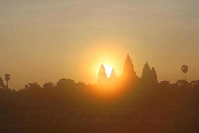 アンコールワットの背後から上がる朝日を見ようと、多くの観光客が朝早くから周辺に集まります。 何時間も待つことになるのですが、その光を見れば全てが帳消しになるような美しく荘厳な朝日に、心を奪われます。