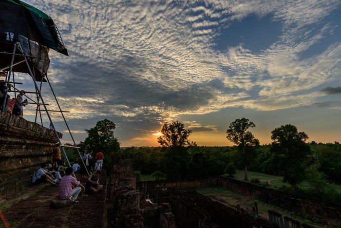 アンコール遺跡群の最後に、夕日を見て帰ることをお勧めします。朝日とはまた違う、厳かな気持ちにさせてくれます。 プノン バケンという遺跡の高台に登り、夕日が沈むその瞬間までひたすら待ち続けます。  帰国する前日の夜に夕日を拝めて、旅行の幕を閉じましょう。