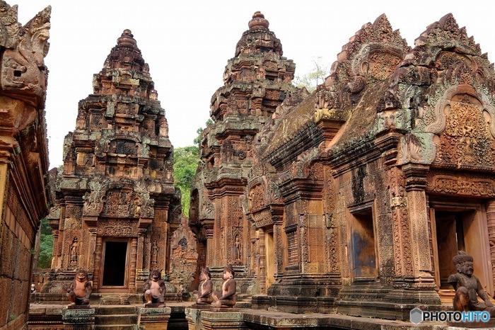こちらは今までのアンコール遺跡群とは異なる世界観を持つ、ヒンドゥー教の寺院の遺跡です。 赤色の砂岩が使用されている、全体的に土も遺跡も一面赤茶色の印象的な遺跡です。  アンコール遺跡群の力強い彫刻に比べ、細かいレリーフが美しく、「女性の砦」の名にふさわしい女性的な彫刻が特徴です。 その細かい手作業に、一体どれだけの人の手と時間が費やされたのでしょう。当時の人々の信仰の深さがうかがえます。