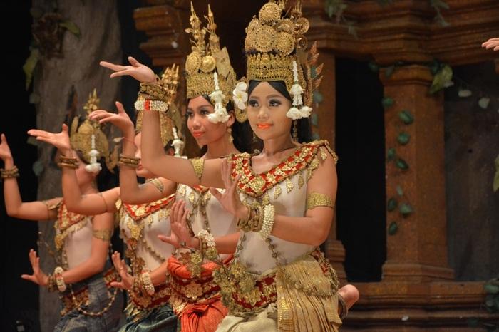 アプサラダンスは、カンボジアの古き王朝時代から伝わる伝統的な宮廷舞踊です。カンボジア独特の目鼻立ちのくっくりした女性たちが、メイク、衣装によってさらに美しく、妖艶に踊る姿は天女としてアンコールワットの遺跡にも描かれているほどです。