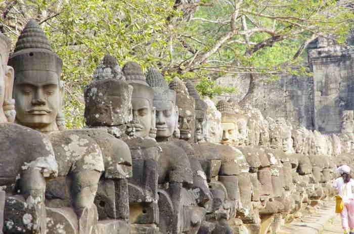 原始的な共産主義国家を目指したポルポト派により、かつての文明や教育などが否定された時代がありました。 アンコール遺跡群も例にもれません。一部の遺跡は頭部だけが切り落とされていたり、生々しい爪痕が今でも残っています。  混乱した、悲しい歴史を乗り越え新しい時代となったカンボジアでは、遺跡の修復も徐々に進み、切り落とされた頭部だけ新たに足されている遺跡なども所々で見られます。