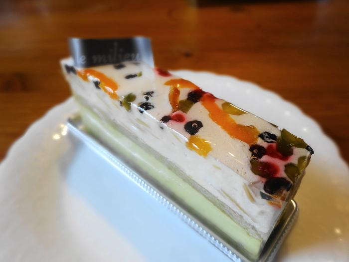 センスの光る味わいのル・ミリュウのケーキは、遠方からのファンも多数。写真の「モンテリマール」は、蜂蜜ムースとピスタチオのババロアにドライフルーツが宝石のように散りばめられた風味豊かなケーキ。