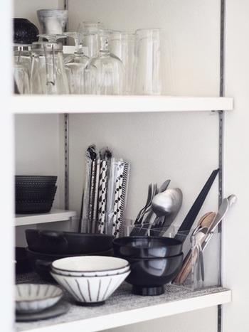 仕切り付きのアクリルボックスなら、横からも見やすく、種類別に立てて収納できるので、取り出しもスムーズ。省スペースなので、収納が少ないキッチンにおすすめのアイデアです。