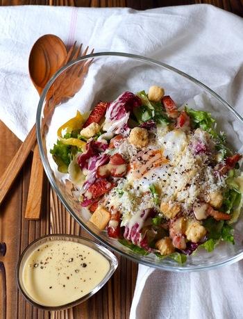 """好みの野菜をボウルに盛ったら、温玉、焼きベーコン、粉チーズ(パルミジャーノ)、クルトンなどをトッピングします。 休日ならではの""""手間ひま""""メニュー、作るのも頂くのも家族や仲間とゆっくり楽しんで。"""