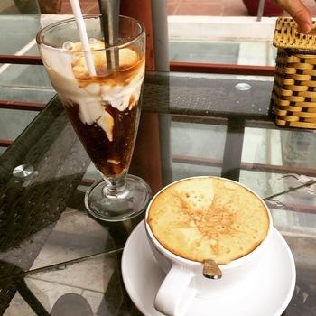 フランス植民地時代の影響があり、ベトナムのコーヒー豆の産出量が世界大2位なのは、あまり知られていないことかもしれません。  バターなどのフレーバーをつけることもあるという、深めに煎ったロブスタ種のコーヒー豆で淹れるコーヒーの味は、ベトナムオリジナル。 ドリップした濃厚なコーヒーに、練乳を混ぜて飲むのがベトナムコーヒーです。  このほかエッグコーヒーやヨーグルトコーヒーなどのオリジナルレシピもあります。