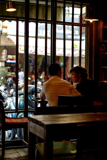 これもフランス統治時代の名残りですが、ベトナムにはフランスのようにカフェ文化があり、街のいたるところにカフェがあります。
