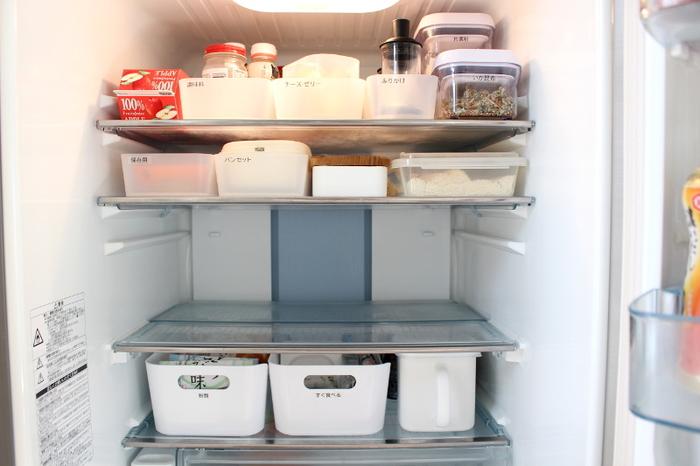 こちらは冷蔵庫での使用例です。ラベリングしているので、どこに何があるか一目で分かり、無駄なスペースを作らず、見た目もすっきりしています。「朝食セット」「ご飯のお供」などを一揃えにしておくと、そのまま食卓に持っていけるので便利ですよ。