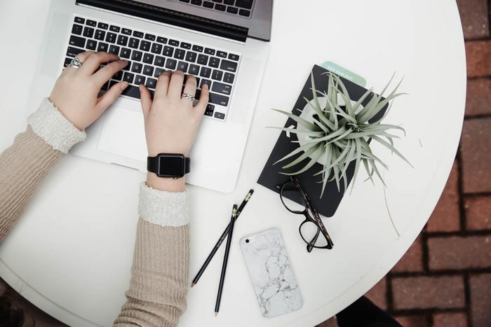 特に職場などでは、デスクにむかって仕事をする時に、髪が邪魔になり気が散ってしまったり、オフィスで働く周りの人達への印象も大切です。清潔感のある身なりを心掛けるとともに、ヘアスタイルにも気を付けましょう!