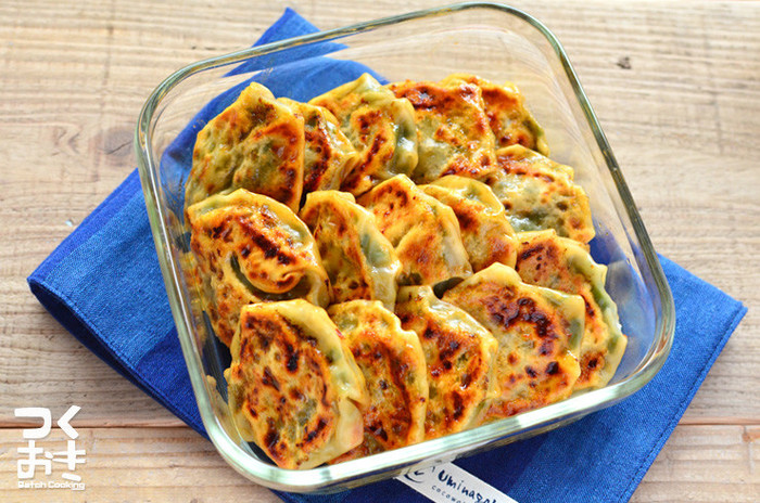 同じ餃子の皮でも包み方を変えればニラまんじゅうも作れちゃいます。お肉を使わずニラとレンコンだけなのでとってもヘルシー。冷蔵で約5日保存できるので時間があるときにたくさん作っておくと便利ですよ。