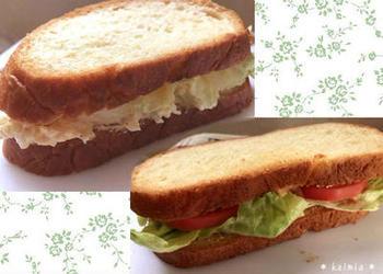 生地は軽くこねるだけ。発酵から焼き上げまでは炊飯器が全部やってくれるのでホームベーカリーも顔負けの食パンが作れます。サンドイッチはもちろん、バターを塗るだけでもおいしいので朝食にもピッタリのレシピです。